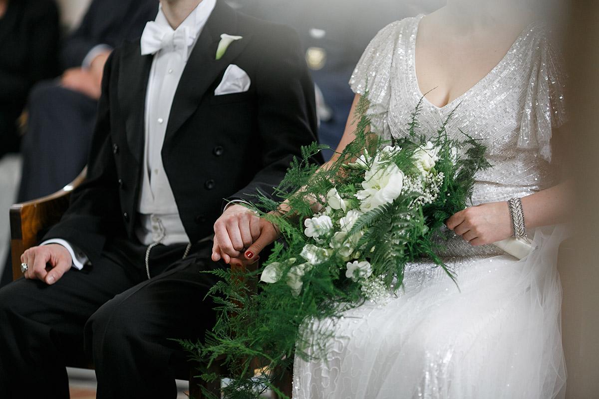 Brautpaar bei Trauung Art Deco Hochzeit - Schloss Kröchlendorff Hochzeitsfotograf © www.hochzeitslicht.de