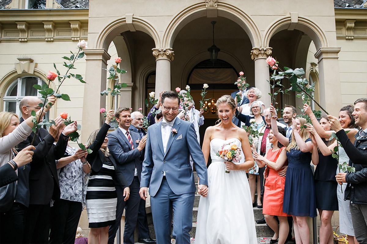 Brautpaar beim Auszug aus Standesamt aus Hochzeitsvilla Zehlendorf - Berlin Hochzeitsfotograf © www.hochzeitslicht.de