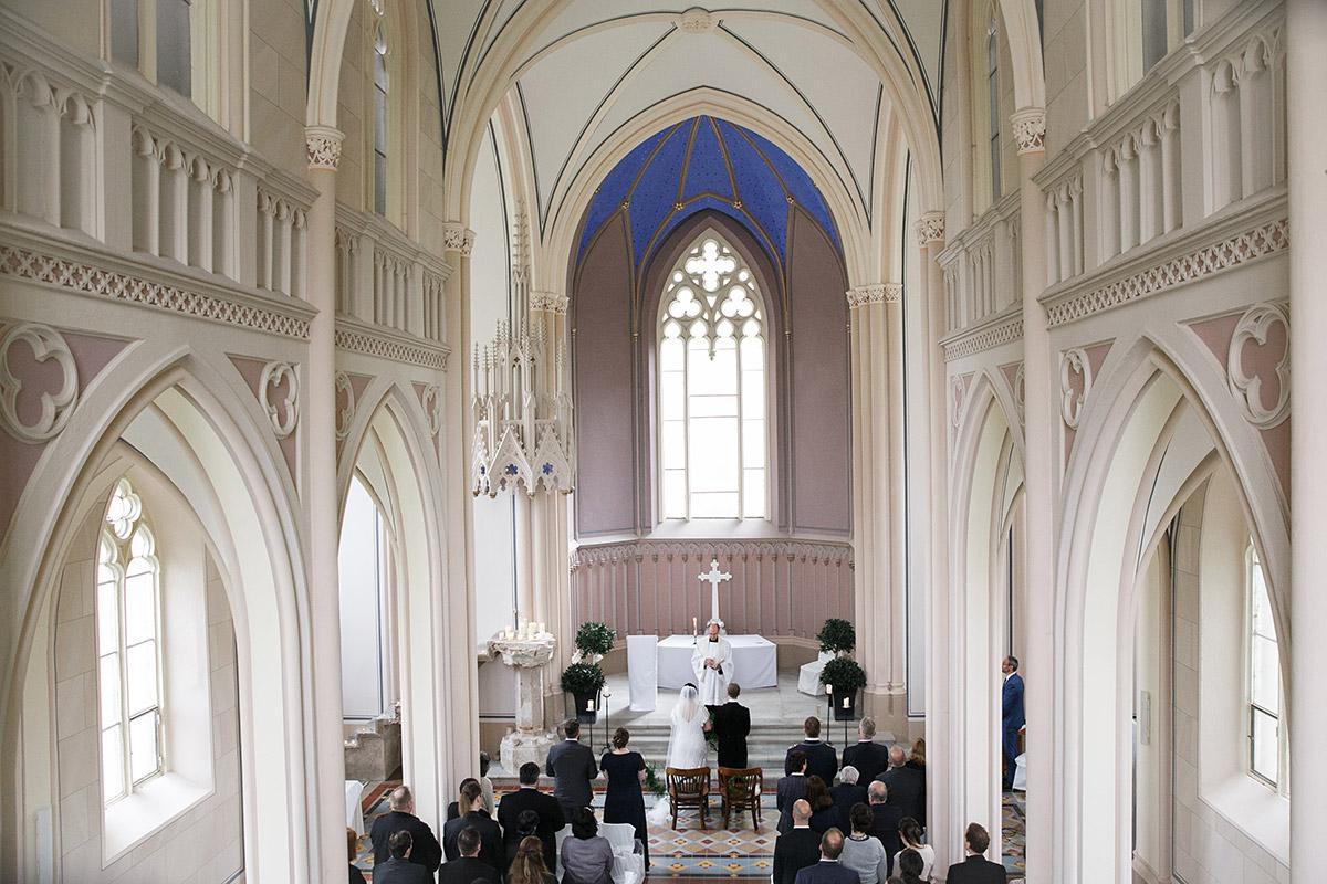Trauung in entweihter Kirche mit freiem Pfarrer - Schloss Kröchlendorff Hochzeitsfotograf © www.hochzeitslicht.de
