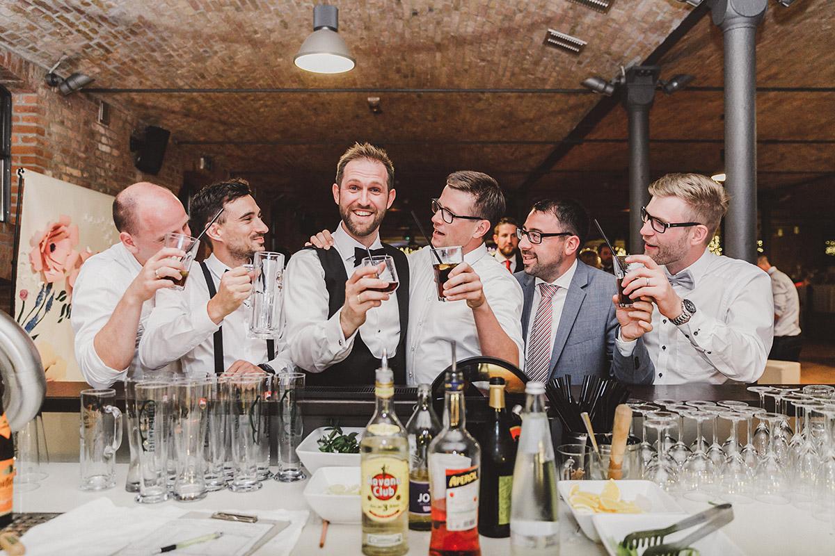 Bräutigam mit Best Men bei Hochzeitsfeier - Landgut Stober Hochzeitsfotograf © www.hochzeitslicht.de