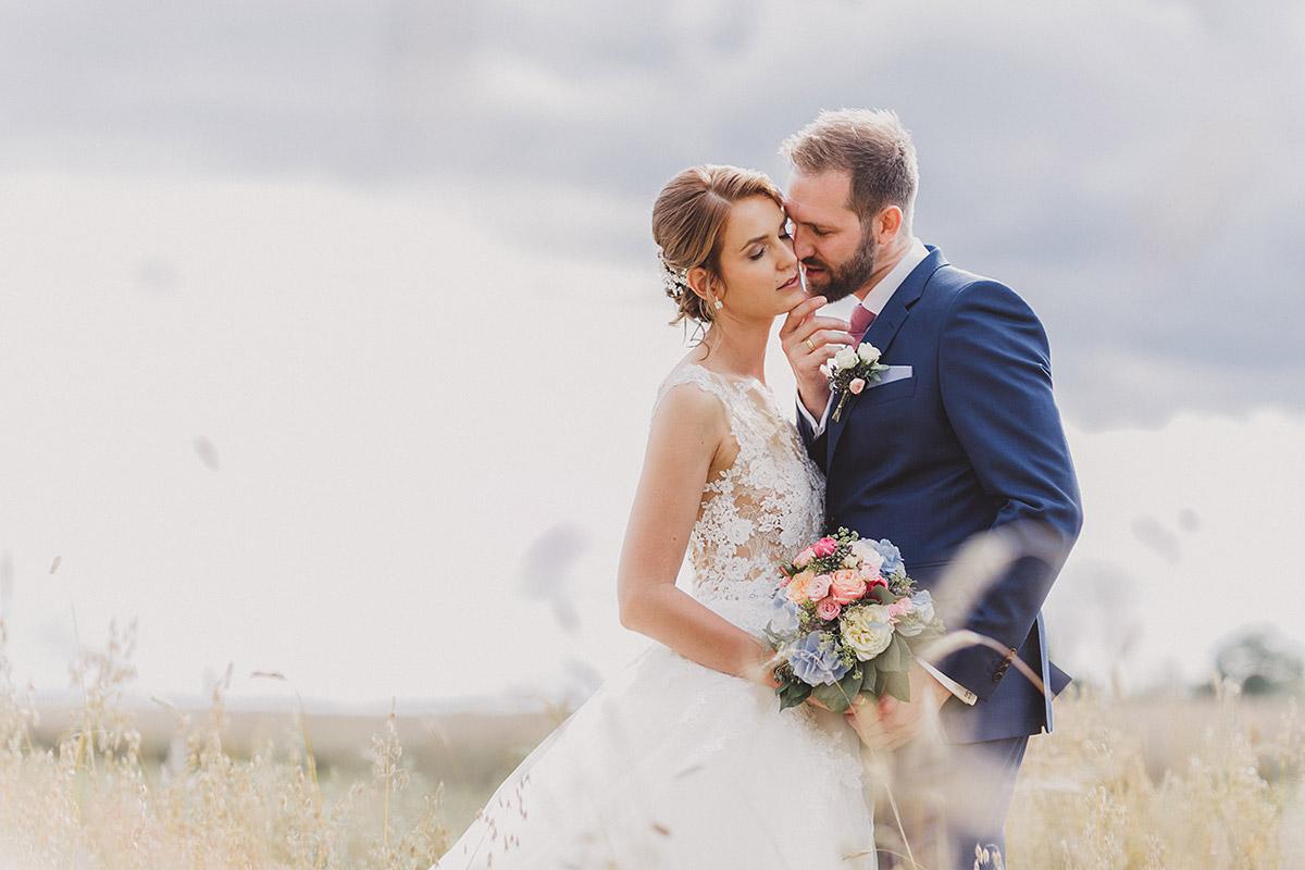 Hochzeitsfoto von Brautpaar in Feld - Landgut Stober Hochzeitsfotograf © www.hochzeitslicht.de