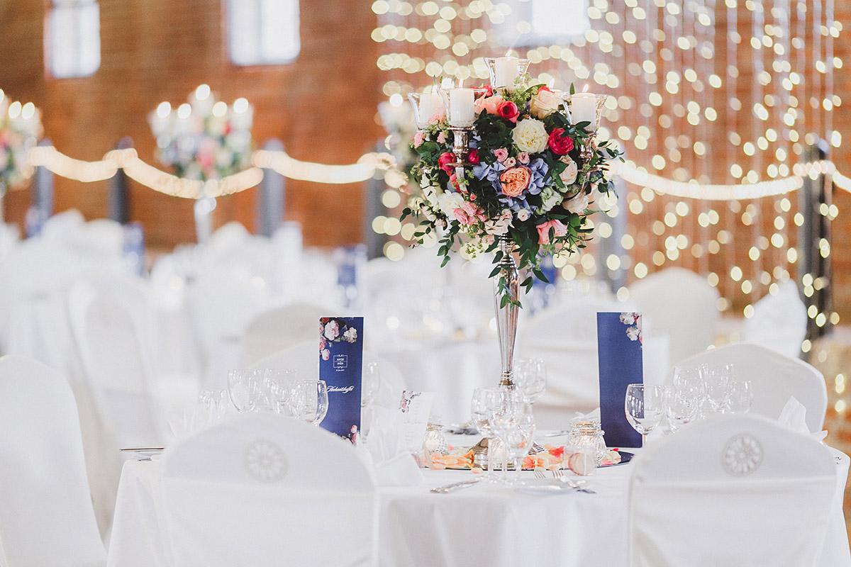 Detailfoto von Tischdekoration bei Sommerhochzeit - Landgut Stober Hochzeitsfotograf © www.hochzeitslicht.de