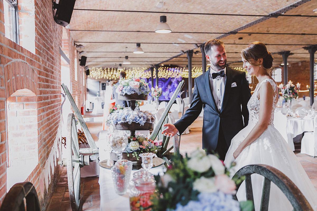 Hochzeitsfoto von Brautpaar an Candybar im geschmückten Festsaal - Landgut Stober Hochzeitsfotograf © www.hochzeitslicht.de
