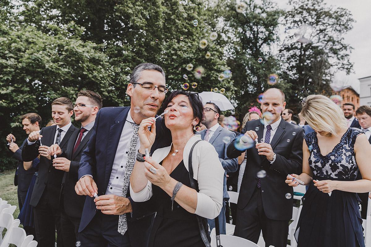 Hochzeitsgäste feiern Brautpaar mit Seifenblasen - Landgut Stober Hochzeitsfotograf © www.hochzeitslicht.de