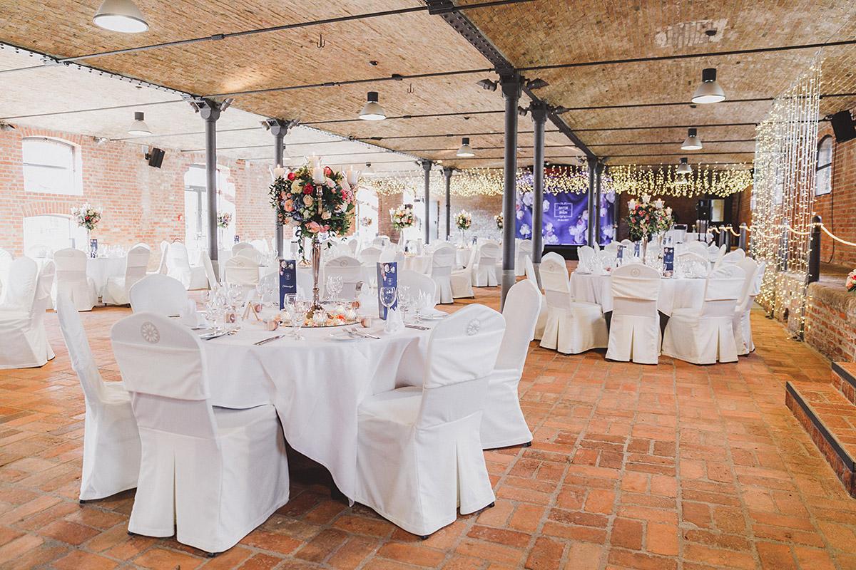 geschmückter Festsaal bei eleganter Landhochzeit - Landgut Stober Hochzeitsfotograf © www.hochzeitslicht.de