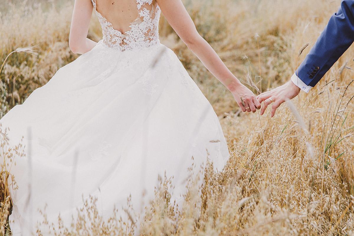 Brautpaarfoto im Feld - Landgut Stober Hochzeitsfotograf © www.hochzeitslicht.de
