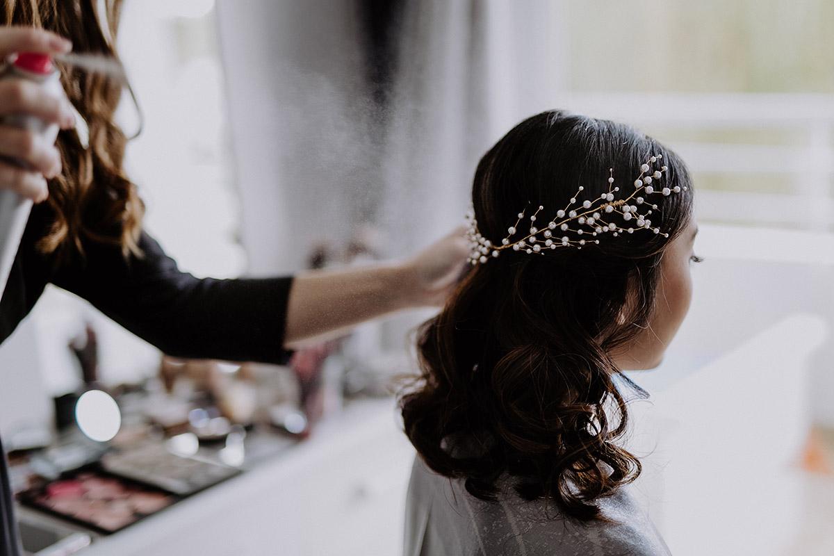 Styling der Braut mit Kopfschmuck aus Perlen für Hochzeit am Meer - Mallorca Hochzeitsfotograf © www.hochzeitslicht.de