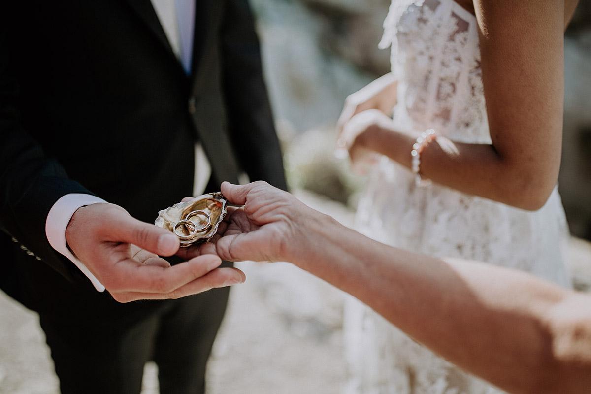 Ringtausch bei Trauung bei maritimer Mallorca-Hochzeit - Mallorca Hochzeitsfotograf © www.hochzeitslicht.de
