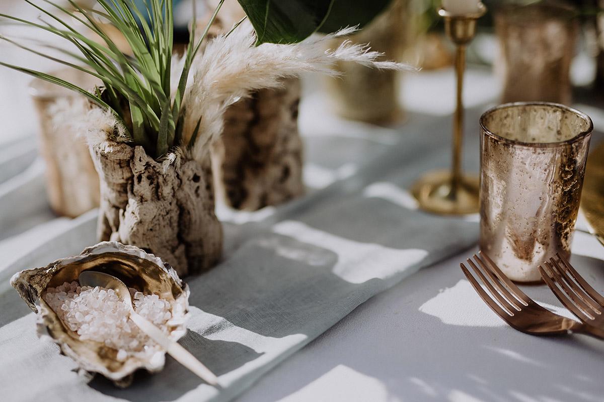 Tischdekoration mit Muscheln und Treibholz bei maritimer Hochzeit - Mallorca Hochzeitsfotograf © www.hochzeitslicht.de