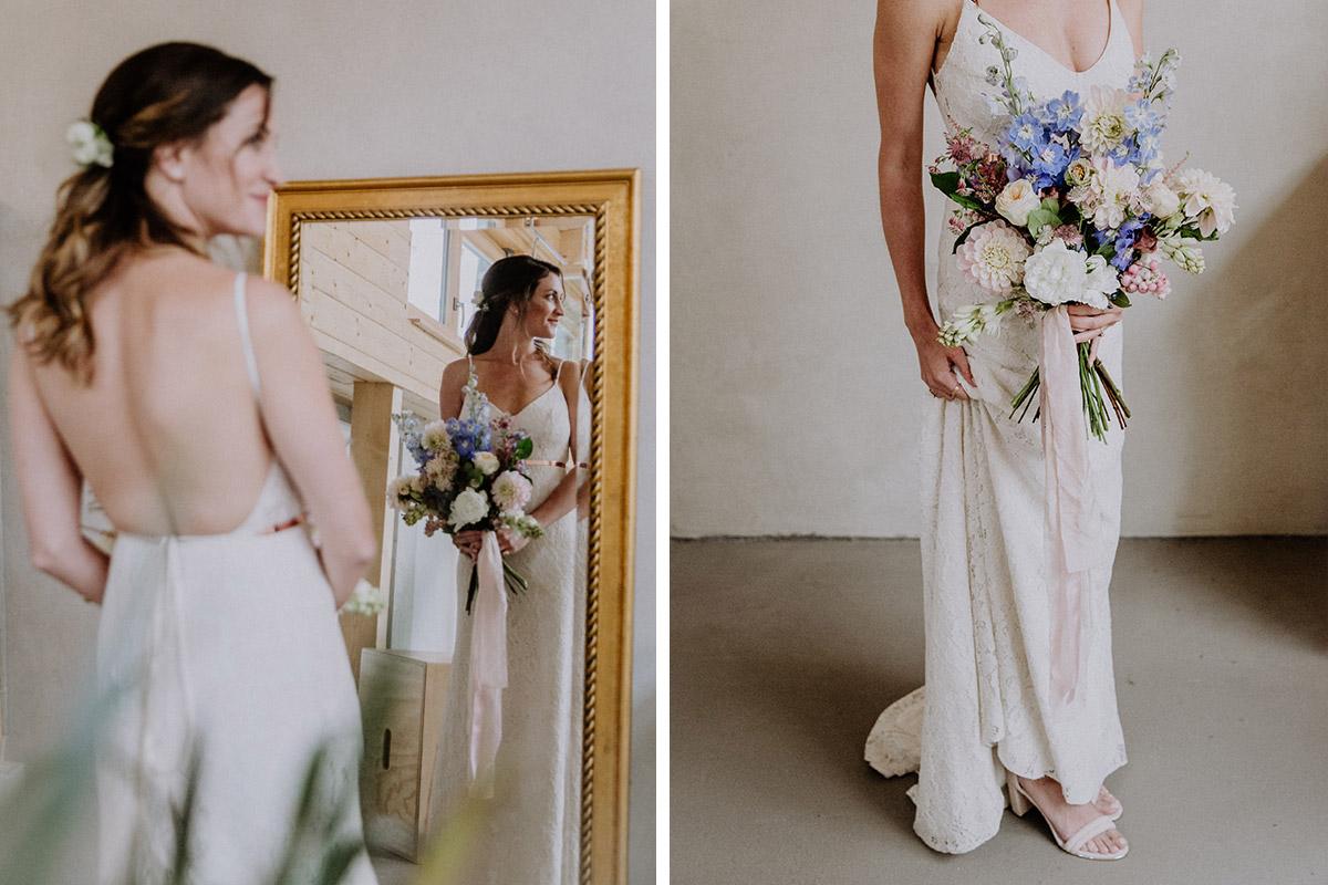 Braut bei Hochzeitsvorbereitungen mit üppigem Brautstrauß aus Herbstblumen in weiß, hellblau und zartrosa - Alte Schmiede Old Smithy's Dizzle Hochzeitsfotograf © www.hochzeitslicht.de