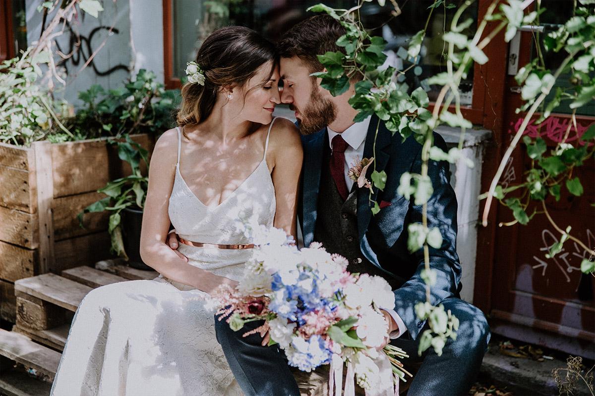 verträumtes Brautpaarfoto bei Old-Smithy's-Dizzle-Hochzeit - Alte Schmiede Old Smithy's Dizzle Hochzeitsfotograf © www.hochzeitslicht.de
