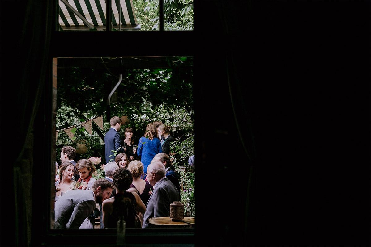 Hochzeitsfeier im idyllischen Garten bei Herbsthochzeit - Alte Schmiede Old Smithy's Dizzle Hochzeitsfotograf © www.hochzeitslicht.de