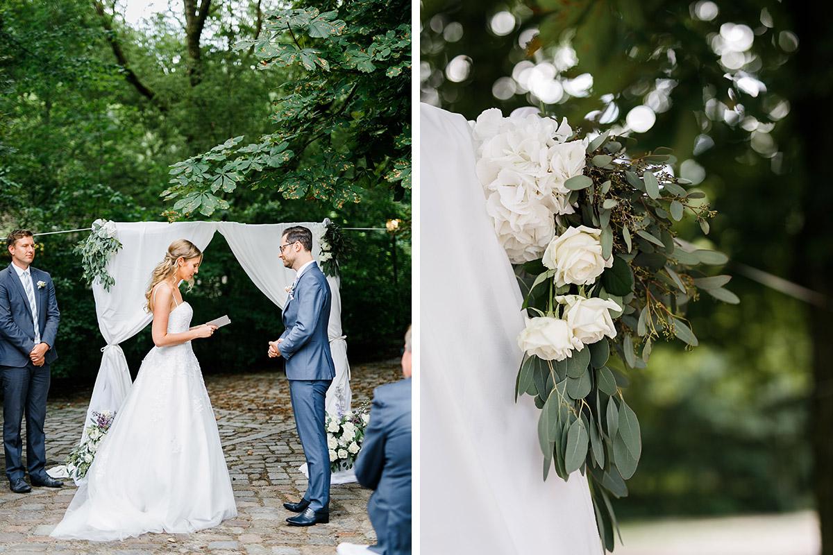 Brautpaar vor Blumenbogen bei freier Trauung - Berlin Hochzeitsfotograf © www.hochzeitslicht.de