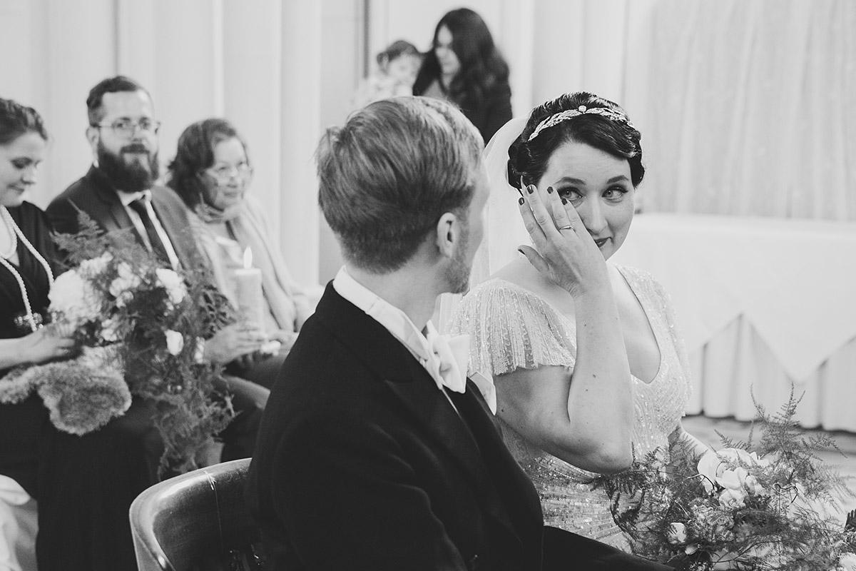 emotionales Hochzeitsfoto Trauung Art Deco Hochzeit - Schloss Kröchlendorff Hochzeitsfotograf © www.hochzeitslicht.de