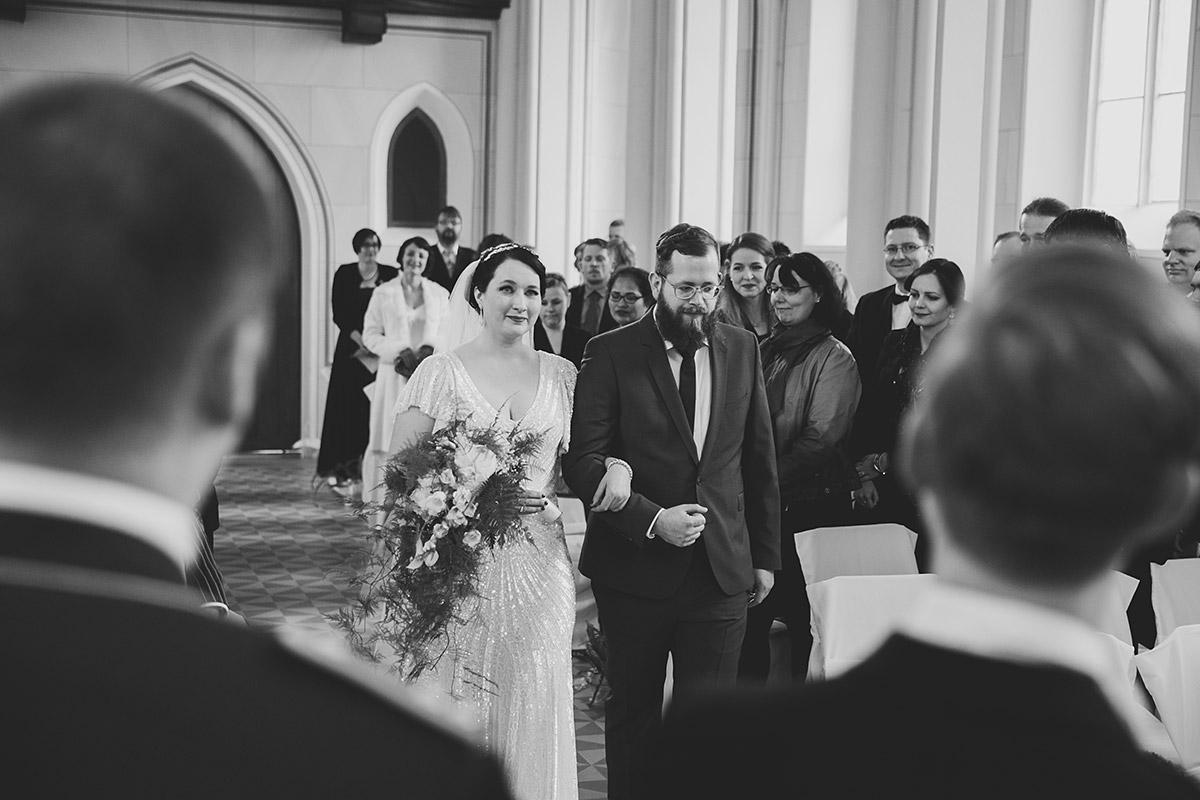 Einzug der Braut bei Trauung in entweihter Kirche - Schloss Kröchlendorff Hochzeitsfotograf © www.hochzeitslicht.de