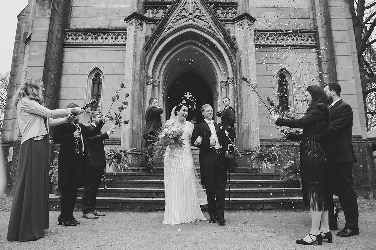 Auszug Brautpaar bei Art Deco Hochzeit - Schloss Kröchlendorff Hochzeitsfotograf © www.hochzeitslicht.de