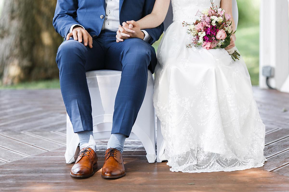 modernes Hochzeitsfoto von Brautpaar bei Trauung - Seelodge Kremmen Hochzeitsfotograf © www.hochzeitslicht.de