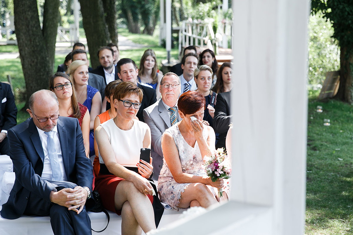 gerührte Hochzeitsgäste - Seelodge Kremmen Hochzeitsfotograf © www.hochzeitslicht.de