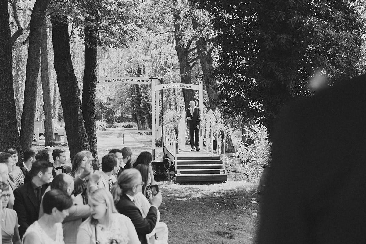 Einzug Braut Trauung - Seelodge Kremmen Hochzeitsfotograf © www.hochzeitslicht.de