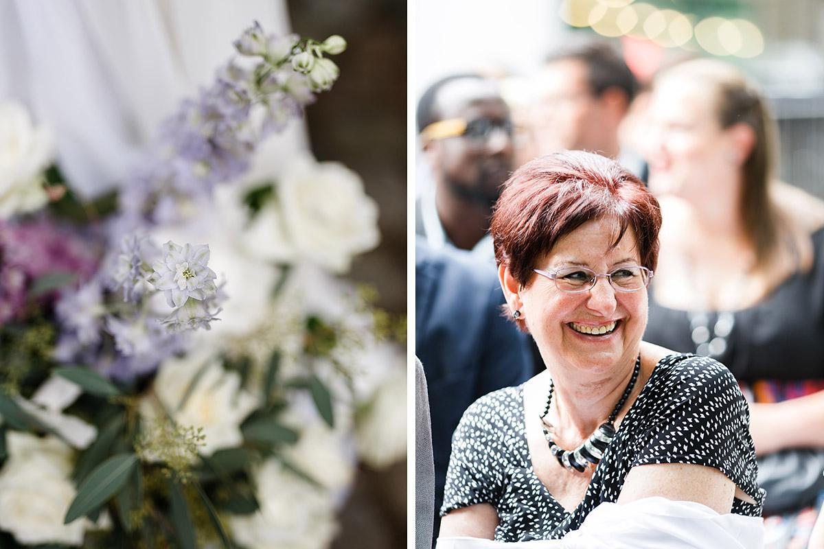 Hochzeitsgast und Blumenschmuck bei Sommerhochzeit - Berlin Hochzeitsfotograf © www.hochzeitslicht.de
