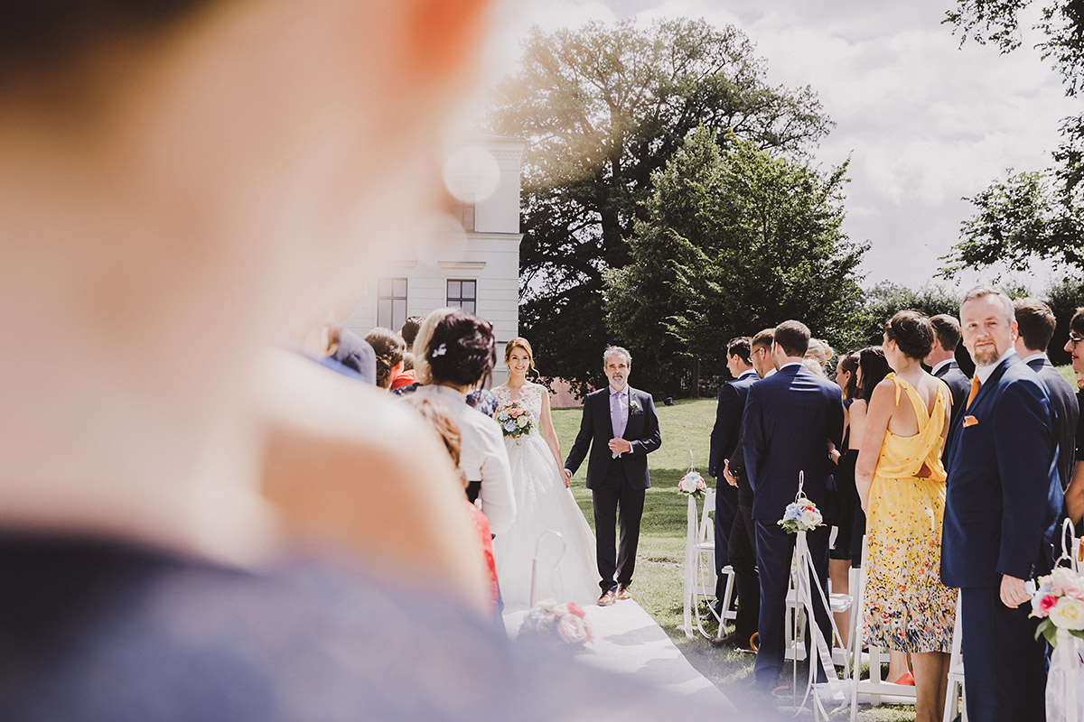 Einzug der Braut bei Sommerhochzeit - Landgut Stober Hochzeitsfotograf © www.hochzeitslicht.de