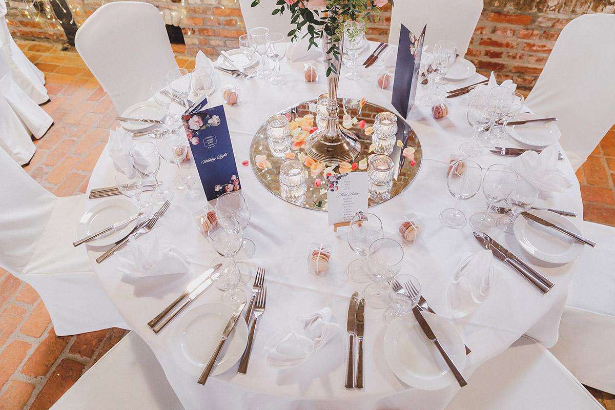 Tischdekoration und Gastgeschenke bei stilvoller Landhochzeit - Landgut Stober Hochzeitsfotograf © www.hochzeitslicht.de