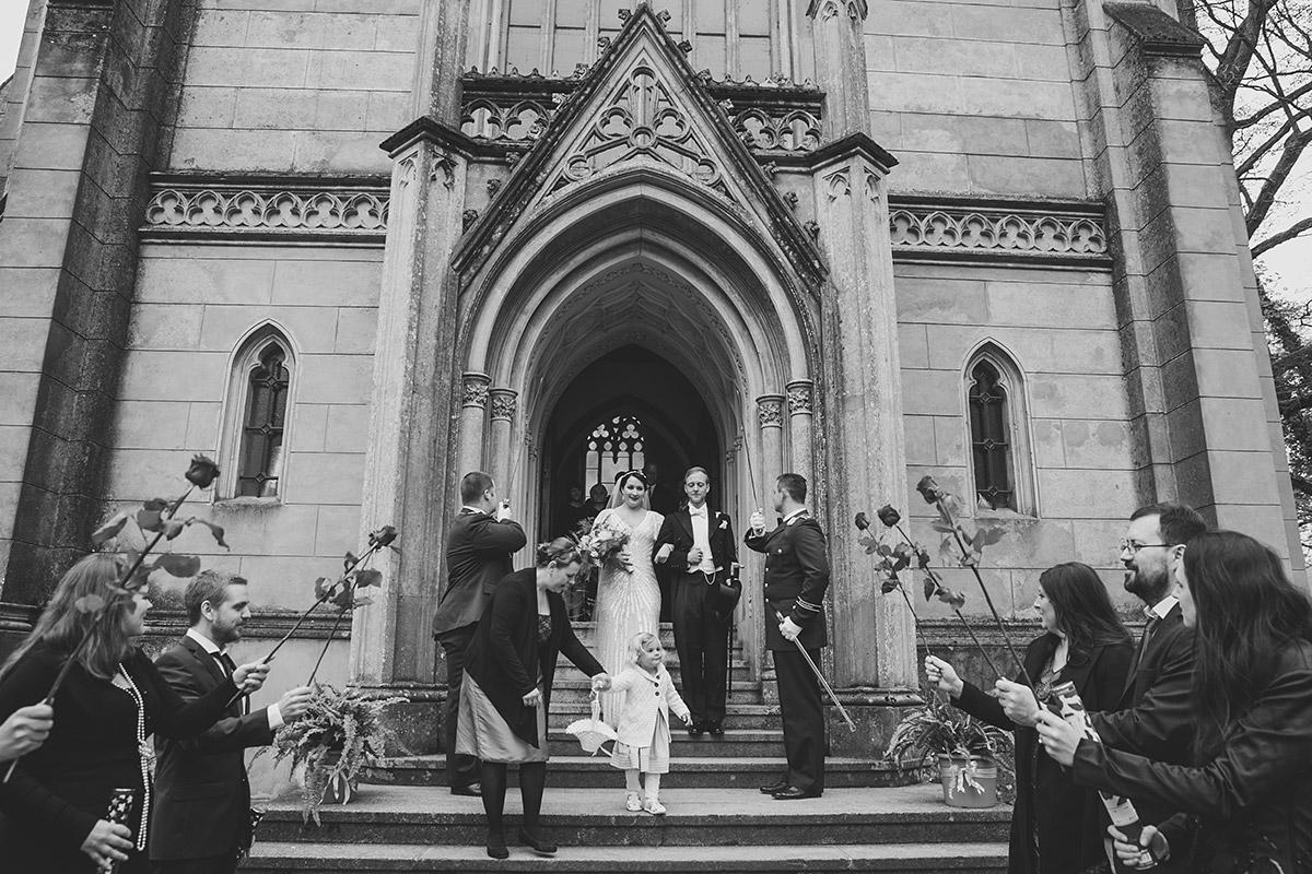 Auszug Brautpaar aus entweihter Kirche - Schloss Kröchlendorff Hochzeitsfotograf © www.hochzeitslicht.de