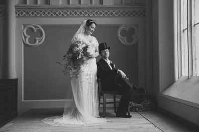 Hochzeitsfoto von Braut und Bräutigam bei Hochzeit im Art-Deco-Stil - Schloss Kröchlendorff Hochzeitsfotograf © www.hochzeitslicht.de