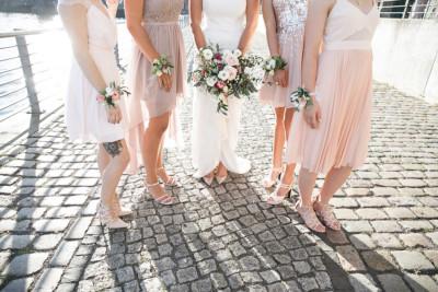 Braut mit Brautjungfern bei Sommerhochzeit - Spreespeicher Hochzeitsfotograf © www.hochzeitslicht.de