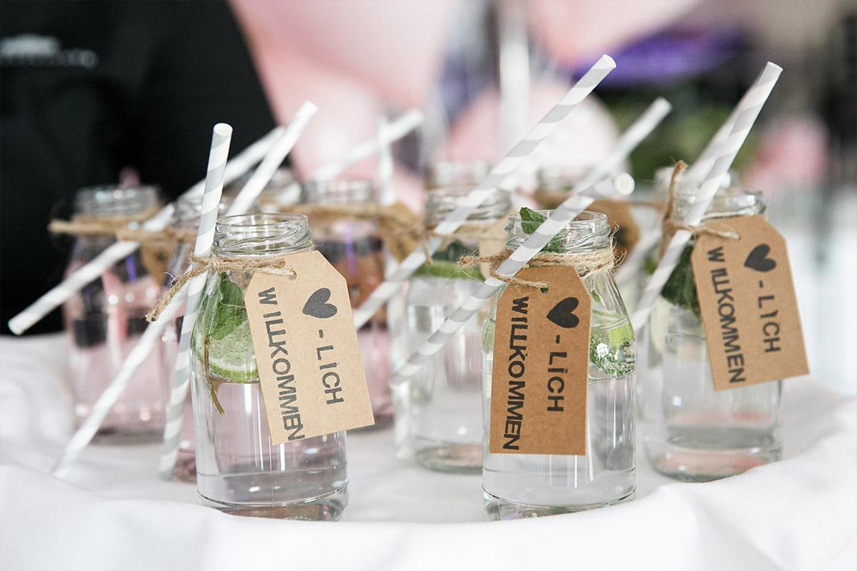 Willkommen-Drinks in Mason Jars bei Sommerhochzeit - Spreespeicher Hochzeitsfotograf © www.hochzeitslicht.de