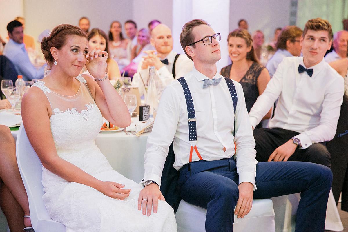 ungestelltes Hochzeitsreportagefoto von Brautpaar bei Reden am Abend - Spreespeicher Hochzeitsfotograf © www.hochzeitslicht.de