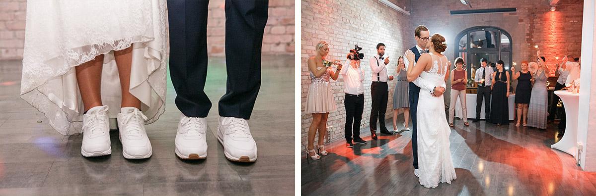 Brautpaar in Turnschuhen und Hochzeitsfoto von