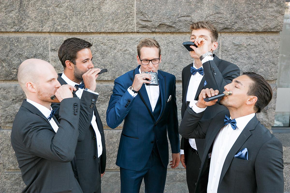 Bräutigam mit Best Men vor freier Trauung - Spreespeicher Hochzeitsfotograf © www.hochzeitslicht.de