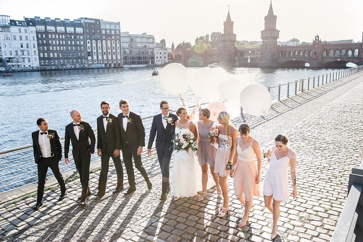 Gruppenfoto von Brautpaar mit Best Men und Brautjungfern an Oberbaumbrücke - Spreespeicher Hochzeitsfotograf © www.hochzeitslicht.de