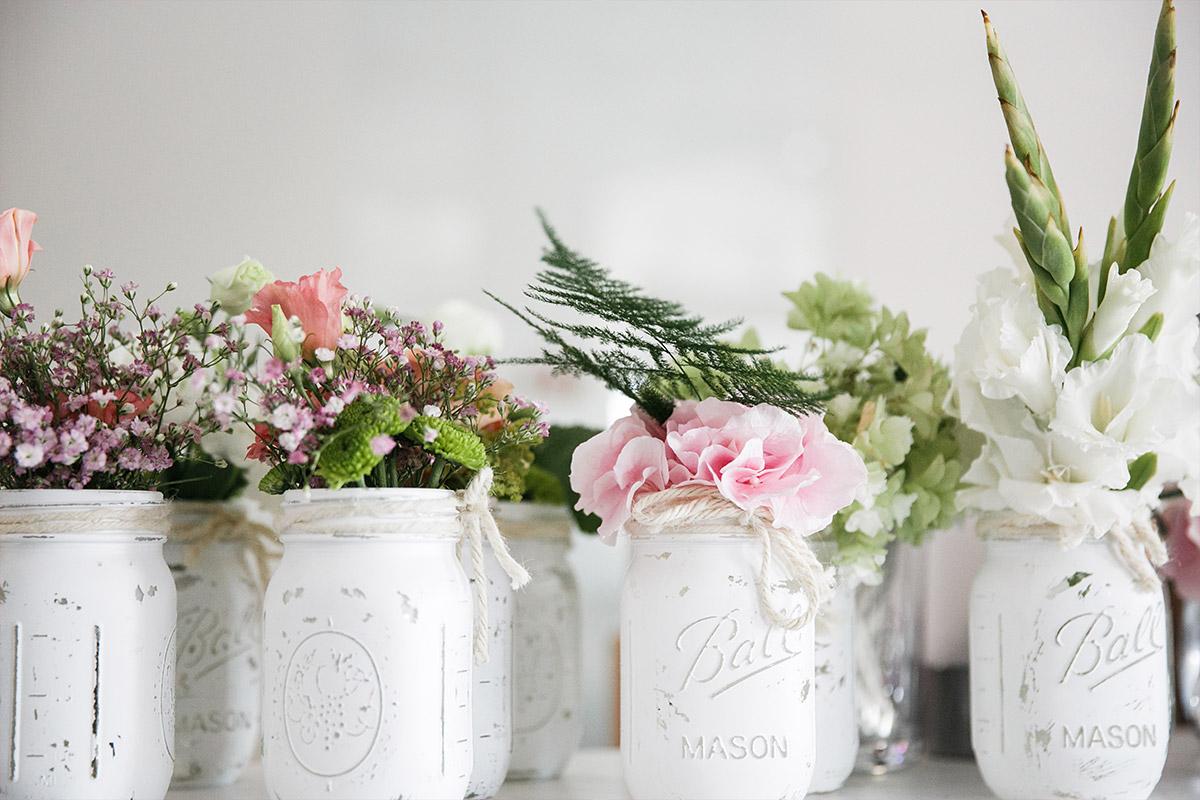 Blumendekoration in Mason Jars bei Sommerhochzeit - Spreespeicher Hochzeitsfotograf © www.hochzeitslicht.de