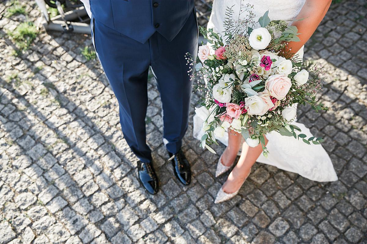 modernes Brautpaarfoto Sommerhochzeit - Spreespeicher Hochzeitsfotograf © www.hochzeitslicht.de