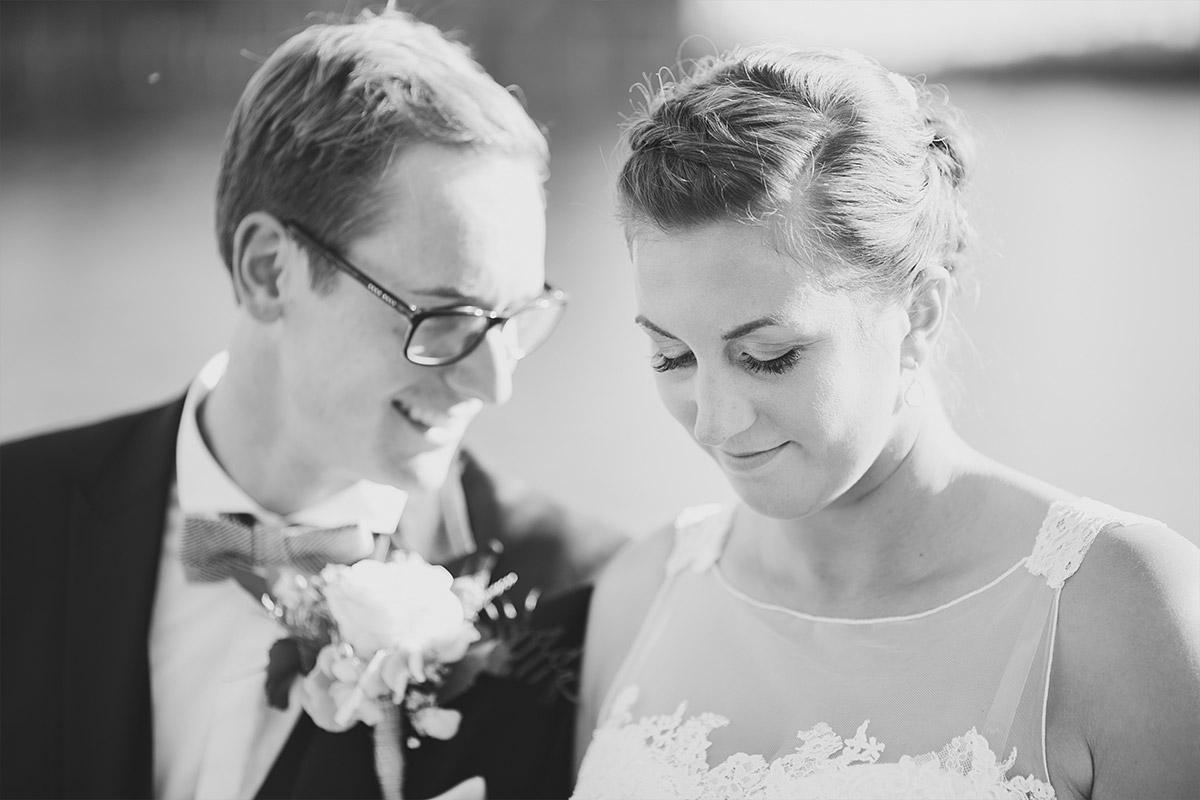 ungestelltes Hochzeitsfoto von Brautpaar bei Trauung - Spreespeicher Hochzeitsfotograf © www.hochzeitslicht.de