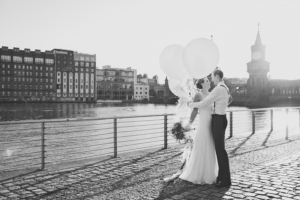 romantisches Brautpaarfoto an Oberbaumbrücke - Spreespeicher Hochzeitsfotograf © www.hochzeitslicht.de