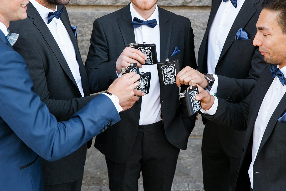 Getting Ready von Bräutigam mit Best Men - Spreespeicher Hochzeitsfotograf © www.hochzeitslicht.de