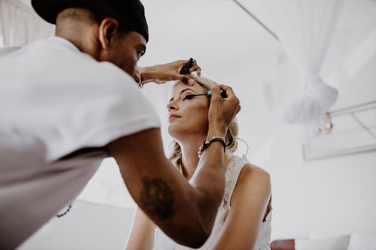 Hochzeitsfoto von Vorbereitungen der Braut - Strandhochzeit Seychellen Hochzeitsfotograf © www.hochzeitslicht.de