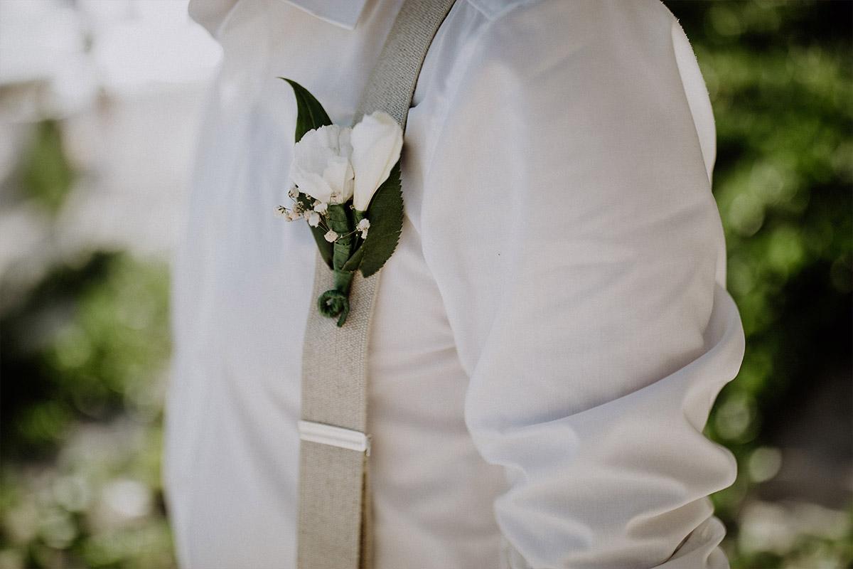 Detailfoto Ansteckstrauß Bräutigam - Strandhochzeit Seychellen Hochzeitsfotograf © www.hochzeitslicht.de
