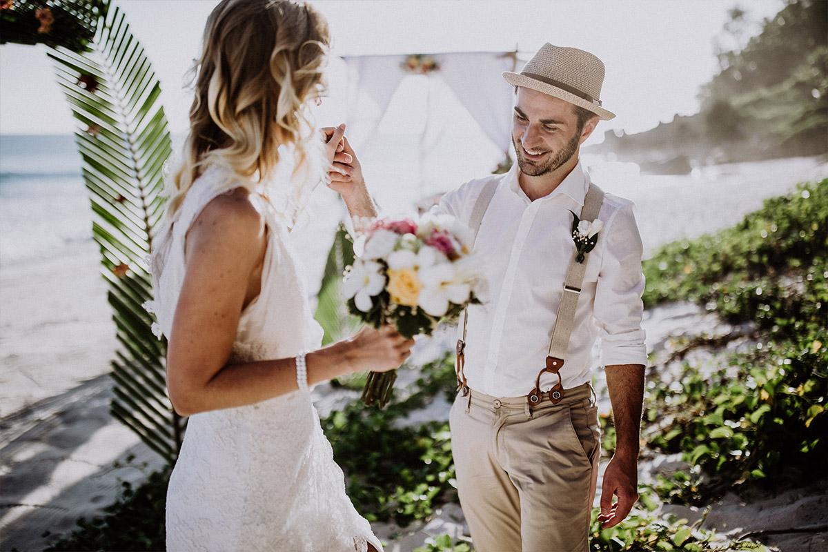 Braut und Bräutigam bei Trauung am Meer bei Elopement-Hochzeit - Strandhochzeit Seychellen Hochzeitsfotograf © www.hochzeitslicht.de