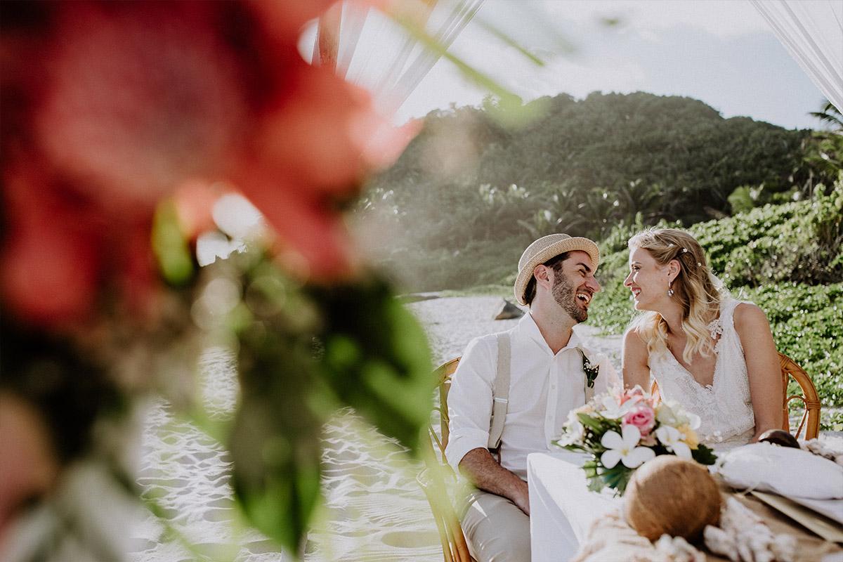 ungestelltes Hochzeitsreportagefoto von Trauung am Strand - Strandhochzeit Seychellen Hochzeitsfotograf © www.hochzeitslicht.de