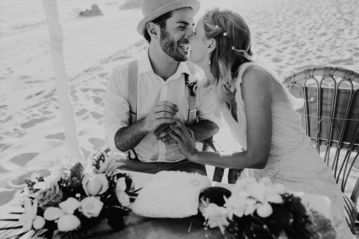 romantisches Hochzeitsfoto von Trauung zu zweit am Meer - Strandhochzeit Seychellen Hochzeitsfotograf © www.hochzeitslicht.de
