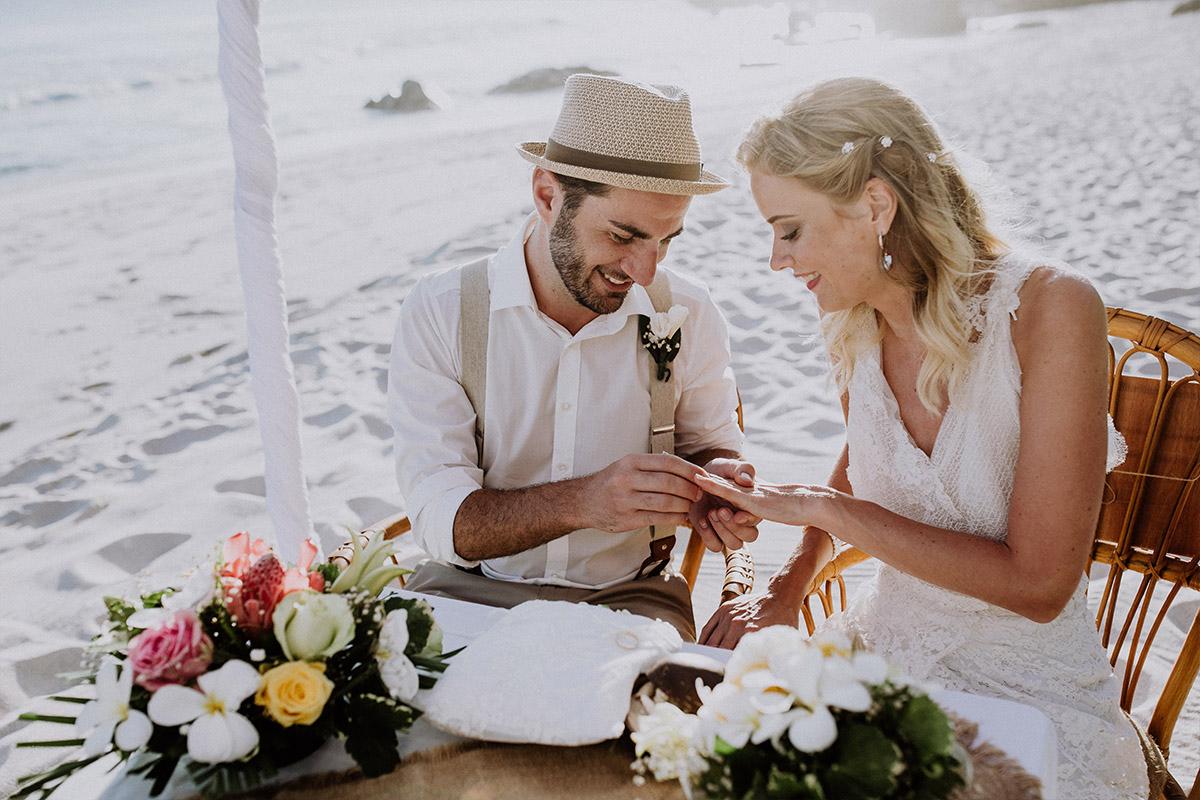 Hochzeitsreportagefoto von Ringtausch am Strand - Strandhochzeit Seychellen Hochzeitsfotograf © www.hochzeitslicht.de