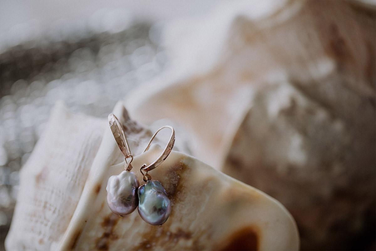 Detailfoto Brautohrringe mit Barock-Perlen - Strandhochzeit Seychellen Hochzeitsfotograf © www.hochzeitslicht.de