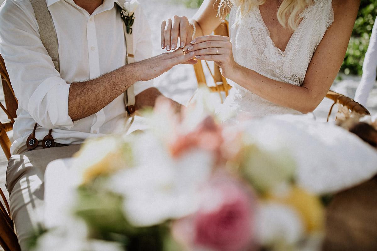 Ringtausch bei Trauung am Strand - Strandhochzeit Seychellen Hochzeitsfotograf © www.hochzeitslicht.de