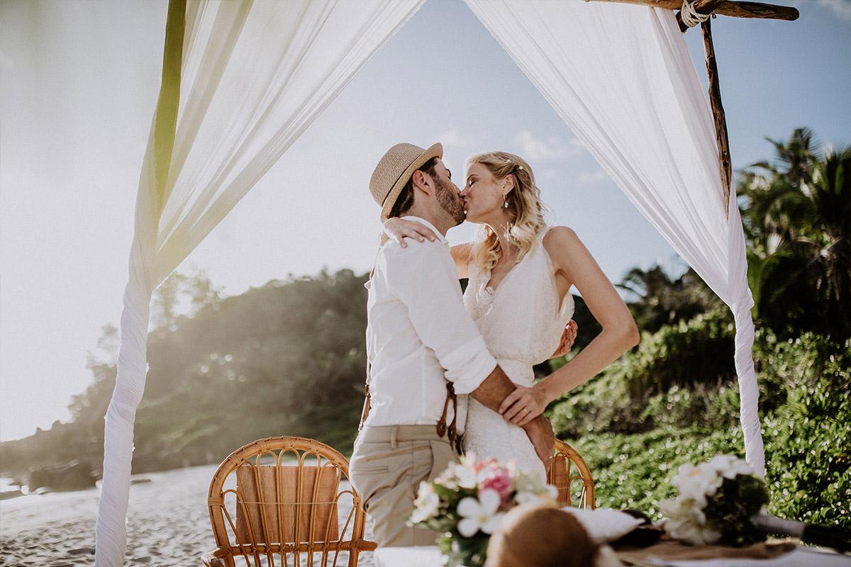Hochzeitskuss bei Trauung zu zweit am Strand - Strandhochzeit Seychellen Hochzeitsfotograf © www.hochzeitslicht.de