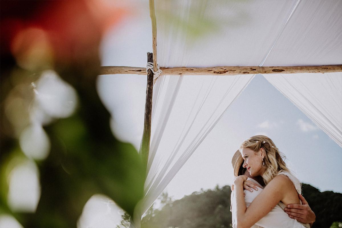 intimes Brautpaarfoto bei Elopement-Hochzeit - Strandhochzeit Seychellen Hochzeitsfotograf © www.hochzeitslicht.de