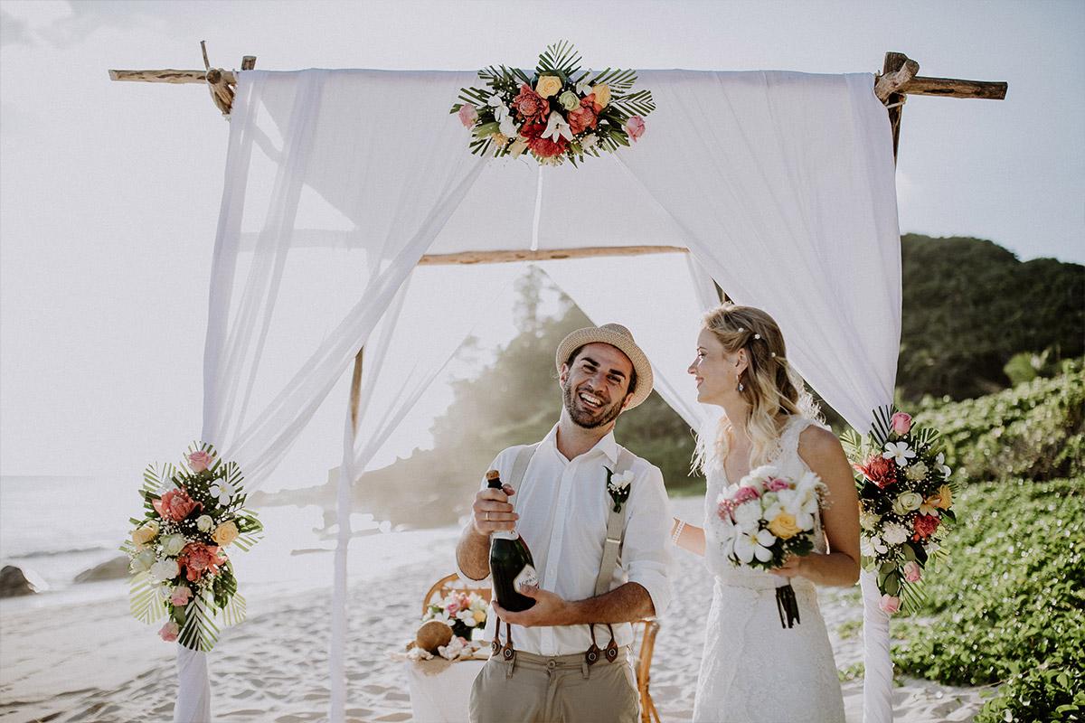 strahlendes Brautpaar nach Trauung am Strand - Strandhochzeit Seychellen Hochzeitsfotograf © www.hochzeitslicht.de